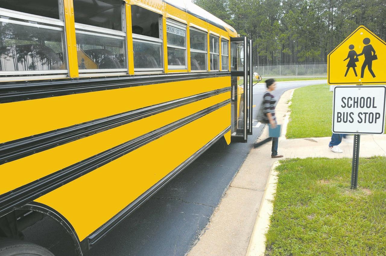transporte escolar, alumna bajando del bus
