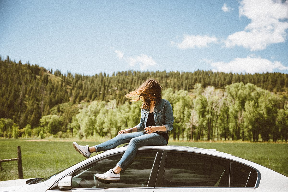 Millennial sobre coche Applus