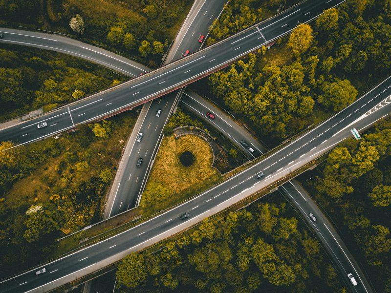 5- La invasión de los coches eléctricos Cada vez son más los fabricantes automovilísticos que se suman a la producción de vehículos eléctricos. Ha sido en los últimos años, fundamentalmente debido a las exigencias de emisiones, que los fabricantes han acelerado su investigación y desarrollo en soluciones eléctricas, las cuales son cada ve más avanzadas. 6- Del concesionario a la pantalla Como todo en la era de la digitalización, el proceso de compra de un vehículo se ha visto transformado en los últimos años. Actualmente son muy pocos los que visitan un coche en el concesionario para evaluar su potencial. De hecho, se ha reducido casi exclusivamente al momento de formalizar la compra. La mayoría de clientes han pasado a configurar su vehículo a través de internet y en base a ello, llevar a cabo una decisión