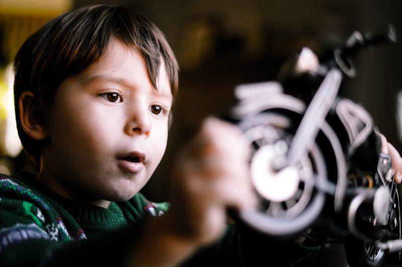 circular en moto con un niño